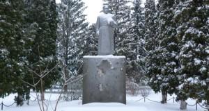 Памятник К.Е. Ворошилову в Верхней Матрёнке Добринского района