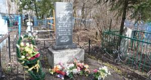 Братская могила советских лётчиков на кладбище села Добринка