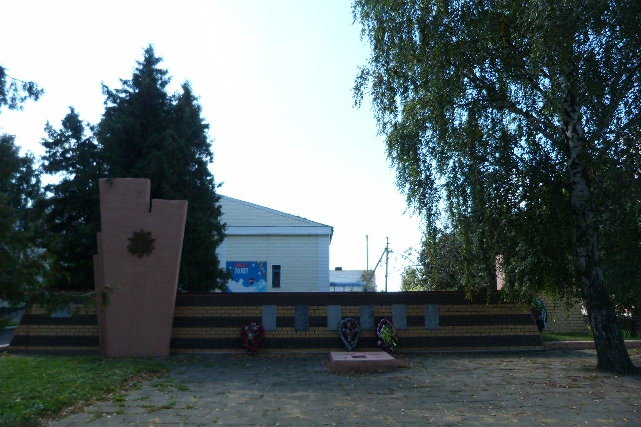 Памятник павшим в годы Великой Отечественной войны землякам в с. Братовщина Долгоруковского района